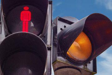 ענישה מקלה לנהגת חדשה אשר גרמה לתאונת דרכים עם חבלות קשות להולכת רגל, תוך עליה על מדרכה ועקירת עמודי בטיחות